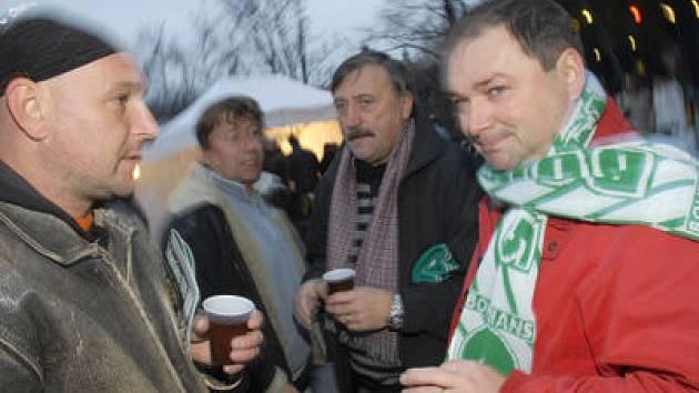 KULATÉ VÁNOCE S KLOKANEM. Vršovická legenda Antonín Panenka tu s fanoušky oslaví své úterní šedesáté narozeniny. (Snímek je z loňské akce.)