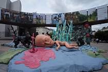Dílo umělecké skupiny Pode Bal zvané 'Rekonstrukce jako tragédie a fraška' se do Musea Kampa v Praze přesunulo z promenády před bruselským sídlem Evropského parlamentu.