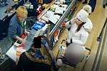 Podezřelé ženy při placení kreditní kartou, která byla uloupena v Modřanech.
