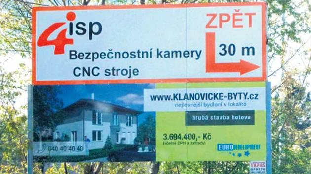 PRYČ SE STOJANY. Začátkem srpna začalo v Úvalech odstraňování reklamy