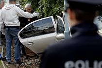 MÍSTO ČINU. Kriminalisté pronásledovali recidivistu, ten se svým autem havaroval a začal pálit po svých pronásledovatelích. Nebo ne?