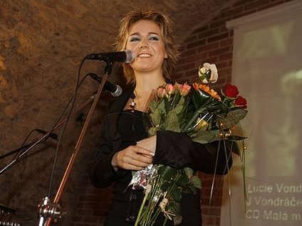 Dne 5. dubna v pražské restauraci U pavouka převzala zpěvačka Lucie Vondráčková na snímku zlatou,platinovou a křišťálovou desku za CD Boomerang.