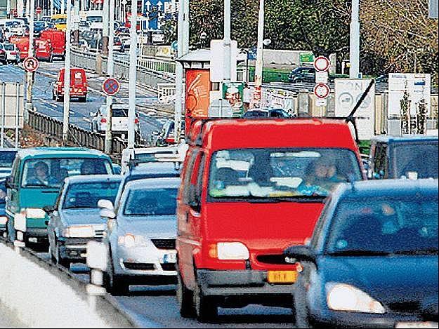 RANNÍ ŠPIČKA. Kvůli několika uzavírkám a dopravním omezením v centru Prahy se včera ráno na důležitých tepnách tvořily nekonečné kolony.