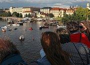 Diváci mohli pozorovat odpolední program z Karlova mostu nebo z obou břehů řeky.
