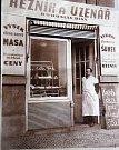 ŘEZNÍK. Výběr z toho nejlepšího masa nabízel v 50. letech v Jahodové ulici řezník Bohouš Bína.