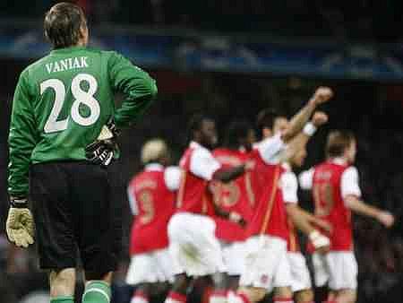 Marnost nad marnost jakoby si říkal brankář Slavie Martin Vaniak, zatímco hráči Arsenalu oslavují své drtivé vítězství.