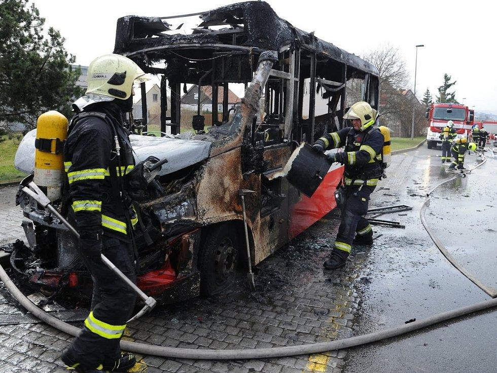 Požár autobusu v Kyjích.