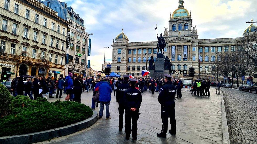 Lidé na Václavském náměstí 6. prosince 2020 protestovali proti vládním opatřením proti šíření nemoci covid-19.