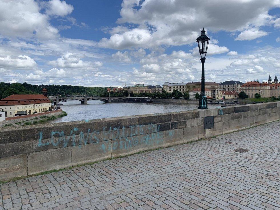 Karlův most posprejoval 9. 7. 2021 neznámý vandal.