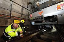 U technické závady metra zasahovaly jednotky hasičů hlavního města i dopravního podniku.