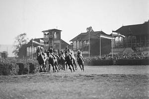 Dostihy. Koňské závody mají ve Velké Chuchli dlouhou tradici. Běhat se zde začalo v roce 1906. Takto trať vypadala půl století po svém otevření.
