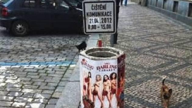 PRO PŘÍKLAD. Černý výlep na odpadkovém koši v ulici Ve Smečkách láká turisty do nedalekého veřejného domu.