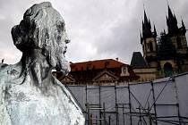 Pomník Jana Husa na Staroměstském náměstí v době rekonstrukce