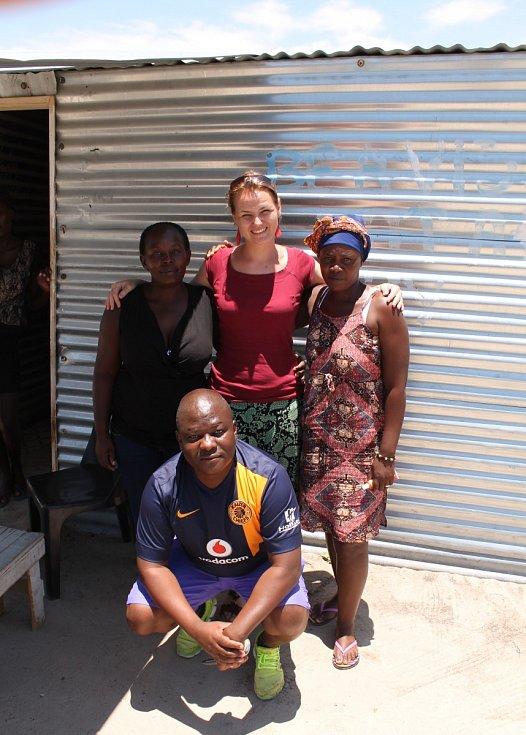 Kateřina Mildnerová s namibijskými Čech na severu Namibie.