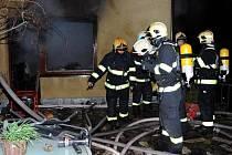 Třičtvrtěmilionovou škodu i vyžádal požár obývacího pokoje v rodinném domě