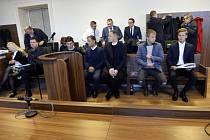 Městský soud v Praze začal 4. listopadu 2019 řešit kauzu šesti obžalovaných, kteří v Praze údajně zjednávali i nezletilé muže k poskytování homosexuální prostituce v gay klubu. Vpředu na lavici obžalovaných zleva Massim August Scolari, Luboslav Arsov, Iva