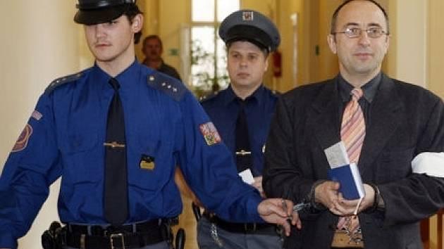 Vladimír Mikuš, obviněný z vraždy své bývalé milenky, se u soudu po celou dobu usmíval.
