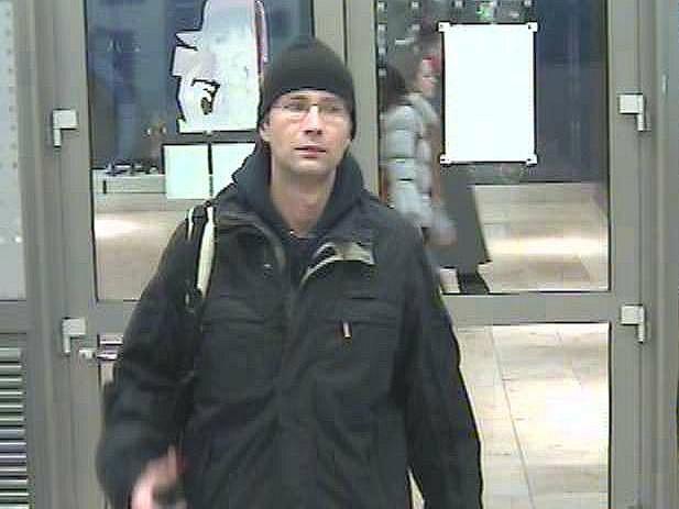 Pražští kriminalisté pátrají po podezřelém muži, který odcizil finanční hotovost přímo v bankovním domě.