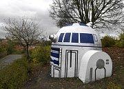 Radnice Prahy 2 zatím nebude odstraňovat robota R2-D2 z Hvězdných válek , kterého kdosi vytvořil z výduchu podzemního krytu na Folimance.