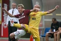 Pavel Hašek se trefil v této sezoně už třikrát. Na snímku bojuje se sparťanem Ladislavem Krejčím.