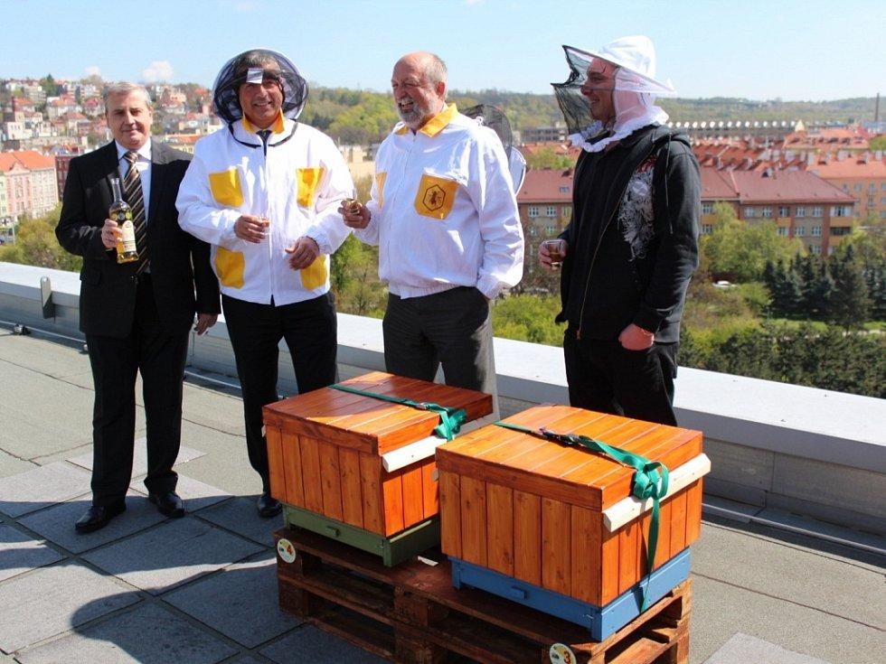 Pražský Clarion Congress Hotel Prague přivítal na začátku letní turistické sezony 2016 neobvyklé hosty. Na střeše sedmipatrového hotelu byly slavnostně umístěny čtyři úly, ve kterých našlo domov více než šedesát tisíc včel.