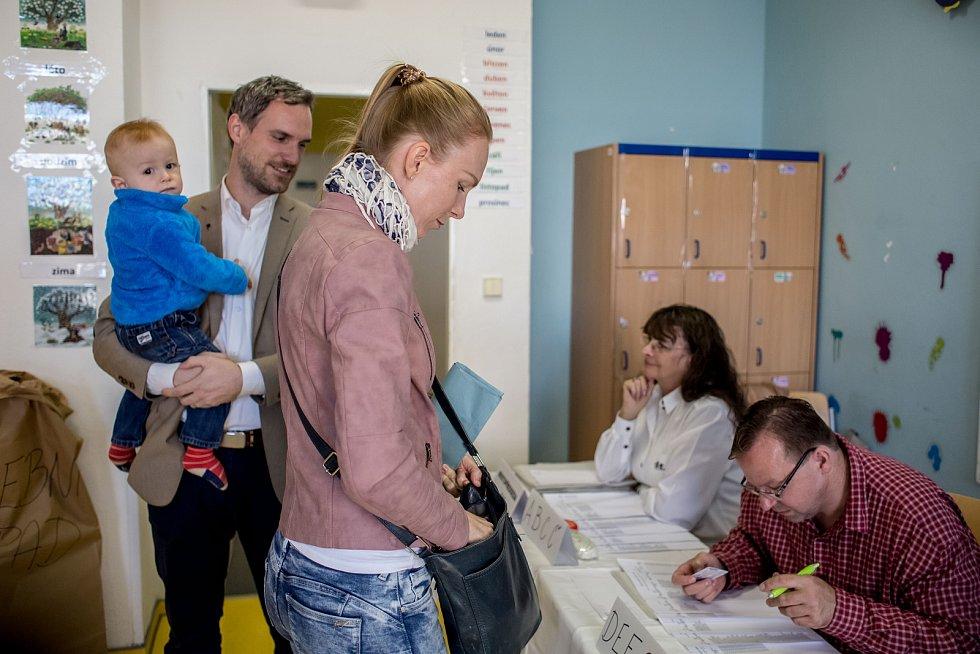 Zdeněk Hřib, kandidát Pirátů na pražského primátora, doprovázel 5. října svojí ženu při hlasování v komunálních volbách.