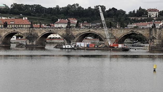 Výměna ledolamů u Karlova mostu.