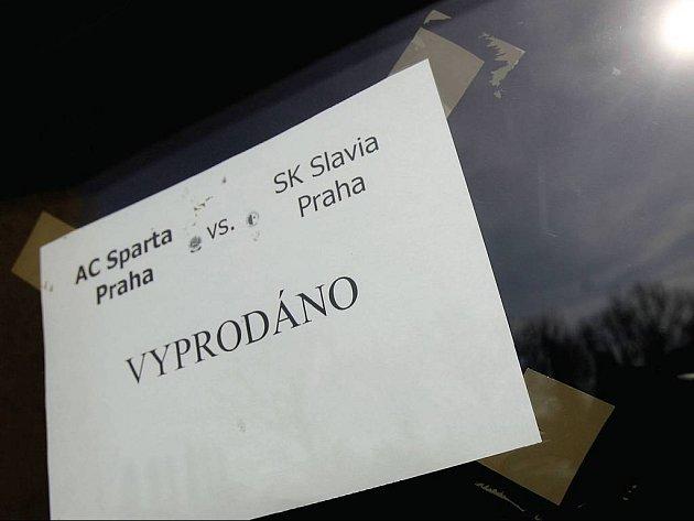 VYPRODÁNO! Fotbalové derby Sparta – Slavia bylo vyprodáno v rekordně krátké době, vstupenky byly rozebrány již před dvanácti dny. Včera bylo na Letné prázdno, dnes se očekává plno.