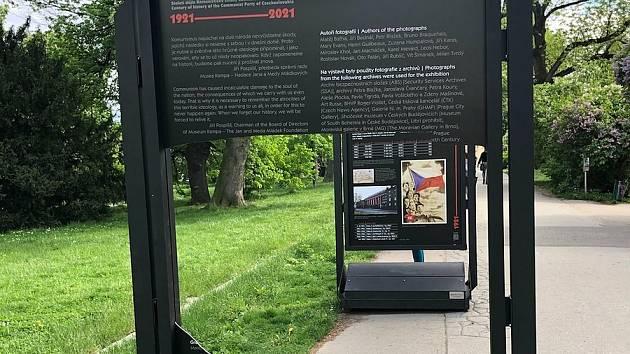 Výstavu před Museem Kampa Rudé století mapující zločiny komunistické strany poničili ve středu 19. května 2021 neznámí vandalové.