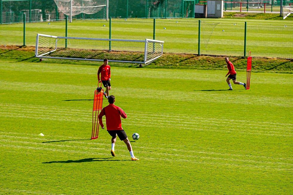 Fotbalisté Slavie Praha poprvé trénovali v nouzovém stavu kvůli epidemii koronaviru.