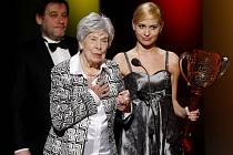 Věra Ždichyncová při přebírání ceny Thalie za rok 2010.