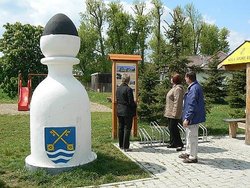 Karlštějnské šachy jsou symbolikou pro nový turistický okruh, který byl 5. května slavnostně otevřen v Letech u Dobřichovic.