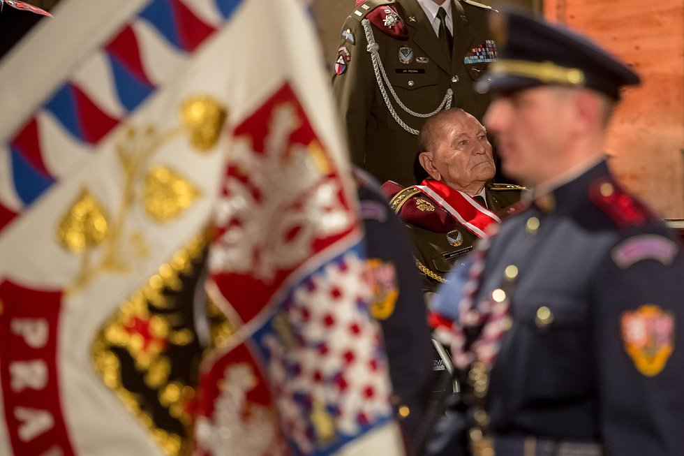 Prezident Miloš Zeman předal 28. října na Pražském hradě státní vyznamenání