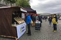 Farmáři zoufale volají po možnosti prodávat své produkty na venkovních trzích. Na ilustračním snímku je tržiště na pražské Náplavce.