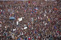 Statisíce lidí se sešly na pražské Letné na protest proti Andreji Babišovi a Marii Benešové.