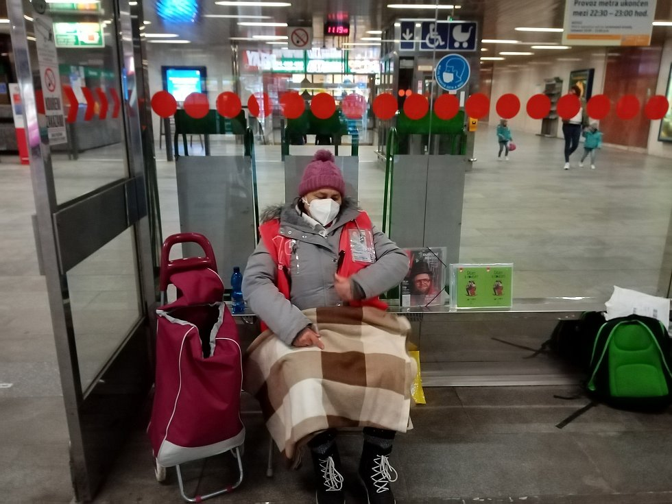 Při procházce vestibuly a nástupištěm ve stanici Dejvická je v těchto dnech před polednem velmi slabý provoz. Radost z toho nemá ani prodejkyně Nového Prostoru, paní Irena.