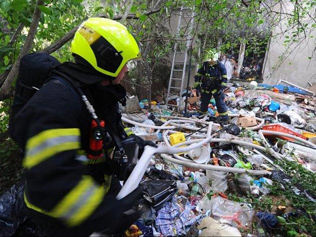 Dům plný odpadků zaměstnával hasiče celou noc.