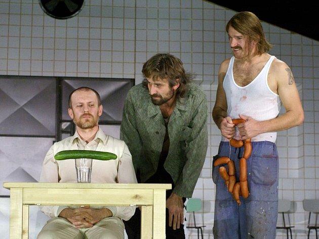 ŽIVOTNÍ ZOUFALCI. Martin Finger, Roman Zach a Stanislav Majer v inscenaci hry Hosté.
