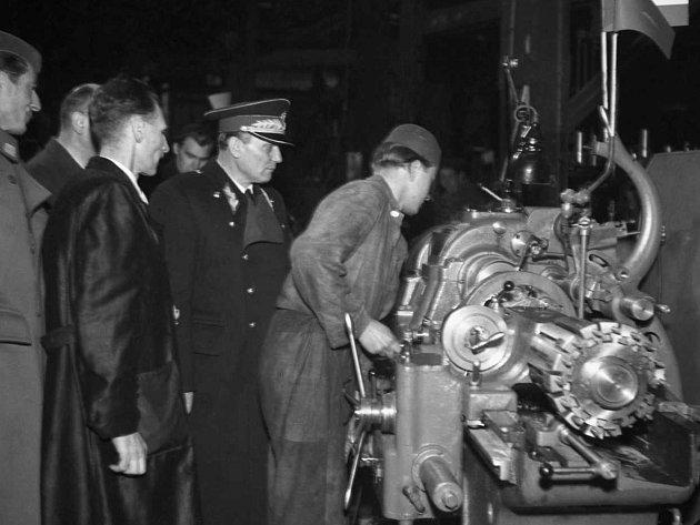 Tito v ČKD – Silně poničené továrny ČKD ve Vysočanech byly již v roce 1946 v provozu, o čemž se přesvědčil i předseda jugoslavské vlády Josip Broz Tito (v uniformě).