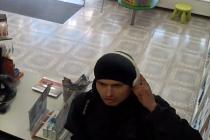 Mladíka, který podle kamerového záznamu navštívil lékárnu dvakrát s odstupem deseti minut, přičemž pokaždé si něco odnesl bez placení, hledají policisté od 11. února.