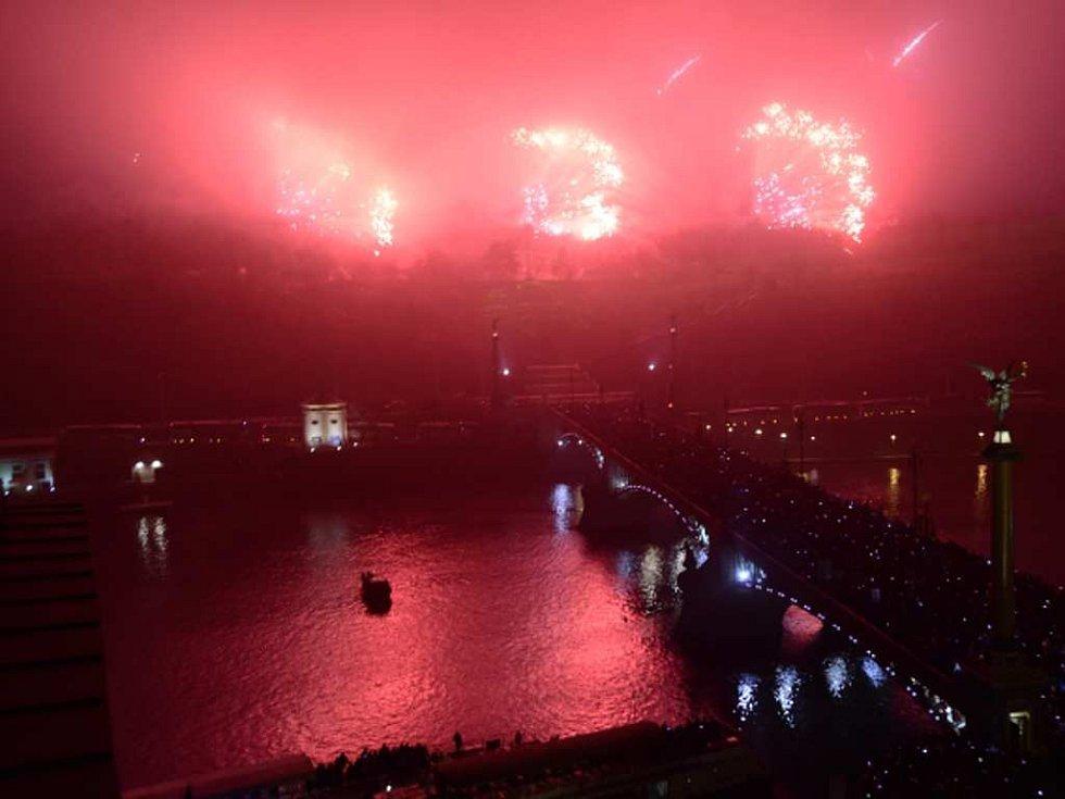 Novoroční ohňostroj byl odpálen na Letné.