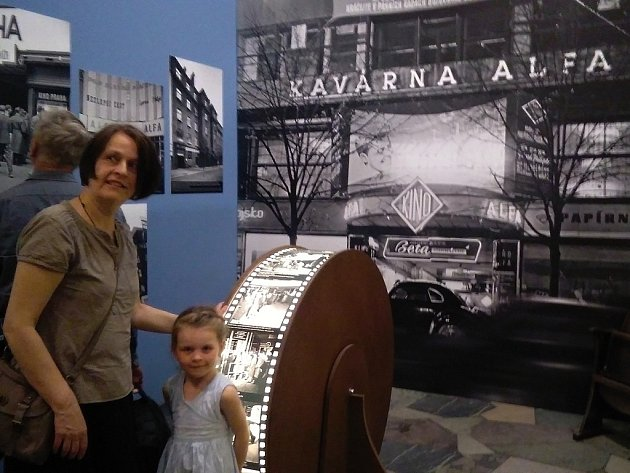 Pomíjivé kouzlo potemnělých sálů je podtitul výstavy o pražských kinech, která je k vidění v hlavní budově Muzea hlavního města Prahy na Florenci.