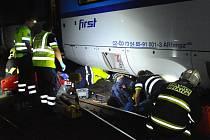 Muž zůstal zaklíněný pod vlakem.