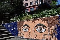 Mozaika Oči nad Borodinskou ve Vršovicích.