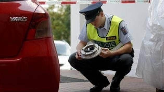Policie šetří místo činu u benzinové pumpy ve vesnici Kocanda. Muž tam zřejmě přehustil pneumatiku a její následná exploze mu posléze prorazila lebku.