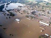 Povodeň v srpnu 2002. Takhle začínala ničivá povodeň v roce 2002 na Příbramsku. Snímky pocházejí z doby těsně před ničivou povodní, kdy přetékala koruna hráze Orlické přehrady.  Poté voda postupně zaplavovala obce dole pod přehradou.