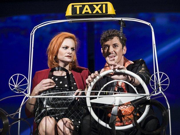 Jako Pepa. Iva Pazderková a Lukáš Pečenka coby taxikář.