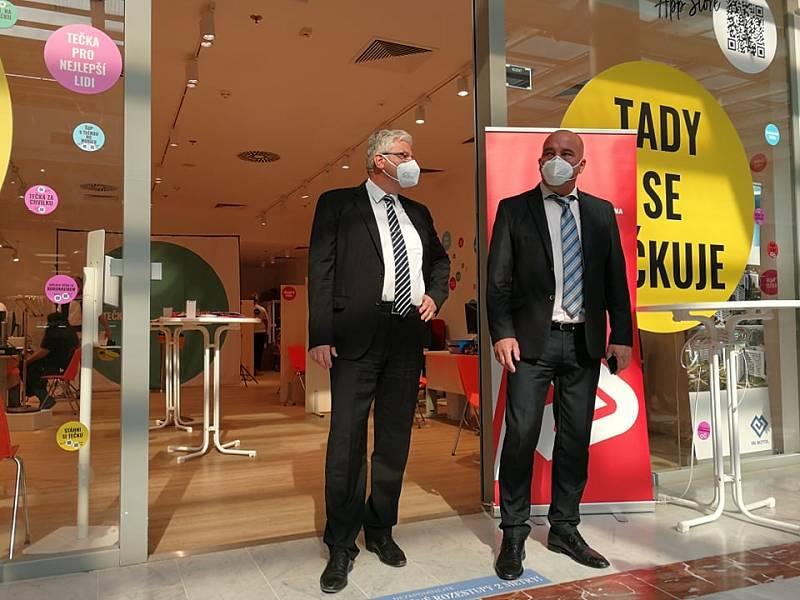 V OC Nový Smíchov se 19. července 2021 otevřelo třetí centrum v Praze, kde se lze očkovat proti covid-19 bez registrace. Členové vlády si to nenechali ujít.