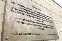 Pamětní deska připomíná pochod studentů na Pražský hrad z 25. února 1948.
