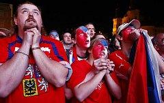 Hokejoví fanoušci sledují na velkoplošné obrazovce finálové utkání na MS v ledním hokeji Česko – Rusko 23. května 2010 na Staroměstském náměstí v Praze.